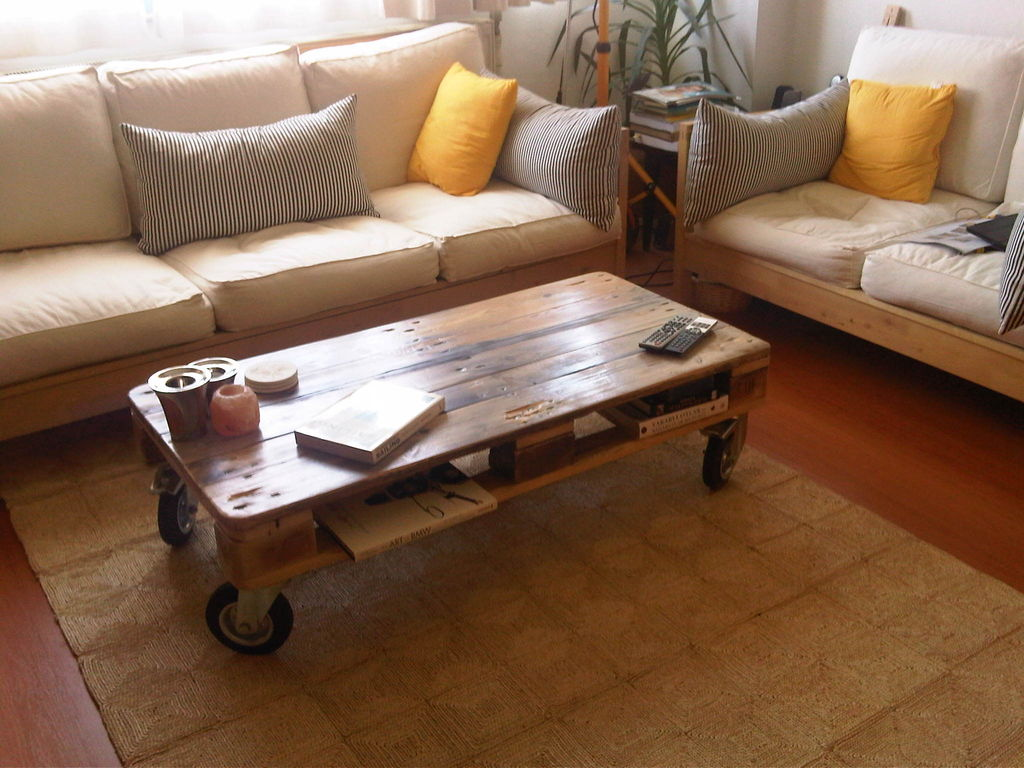 Fantastic job on this coffee table made with pallets. Check out this ...